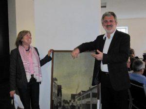Gemeinderätin A. Bagusat und BG H.Kirsch mit Ihrem neu erstandenen Bild, einer Szene in Diessen aus der Jahrhundertwende (Dachbodenfund gespendet von Ulissa aus Raisting)